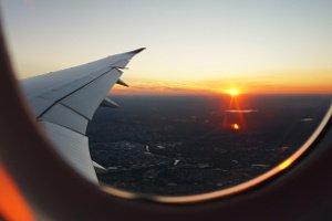 Studenten fliegen günstig mit einem Flugzeug