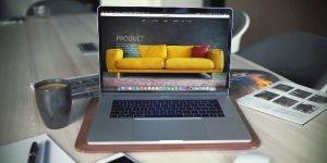 Laptop auf einem Holztisch