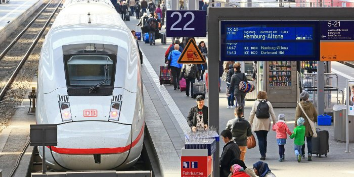Ein ICE der deutschen Bahn steht am Bahnsteig