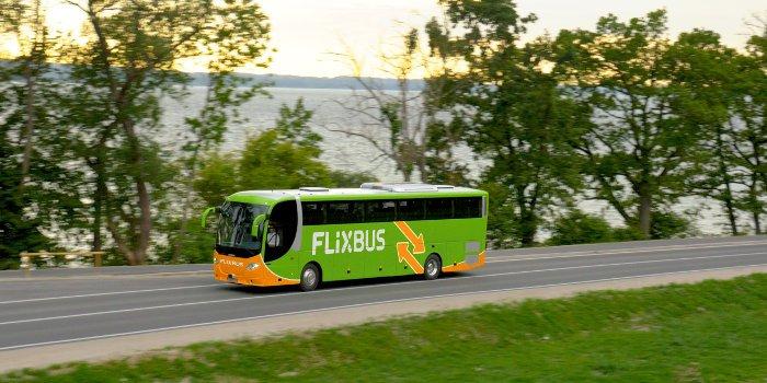 Grüner Bus mit der Aufschrift Flixbus