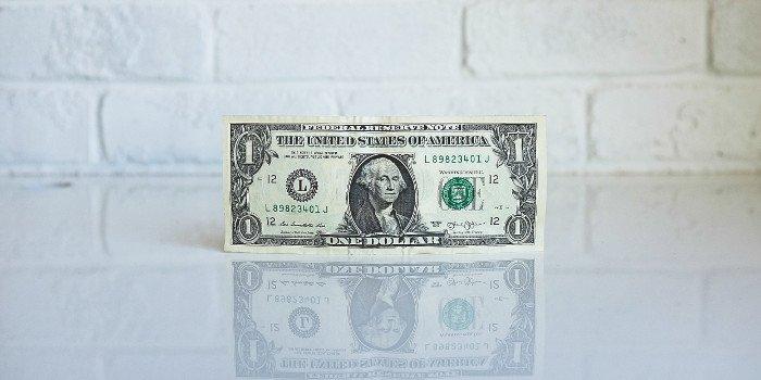 Dollarschein auf einem Tisch