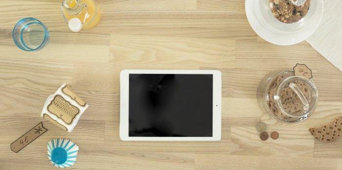 Ein Tisch aus Holz mit verschiedenen Frühstückszutaten und einem Apple iPad
