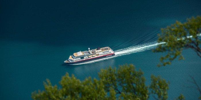 Blick von oben auf ein Kreuzfahrtschiff