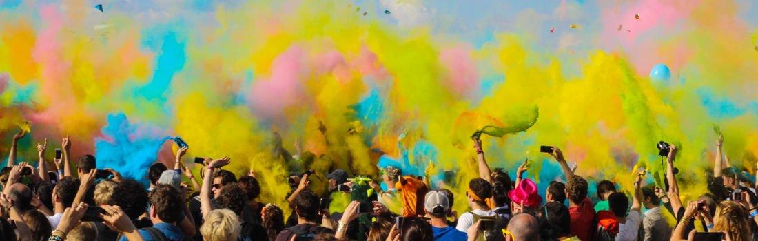 Junge Menschen bewerfen sich mit Farbe