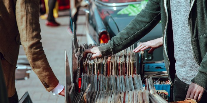 Straßenstand verkauft Schallplatten