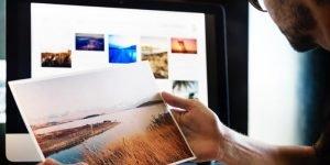 Ein Mann sitzt vor deinem PC und druckt ein Bild aus
