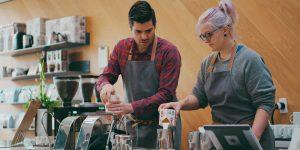 Zwei Studenten arbeiten in einem Coffeeshop