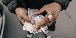 Ein Mann zählt sein Geld