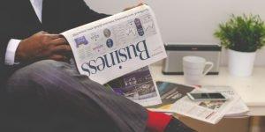 Zeitung lesen am Frühstückstisch