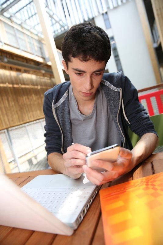 Student mit Smartphone