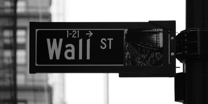Schwarz-weiß Bild von der Wall Street in Manhatten