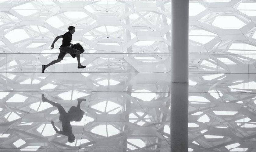 Junger Mann läuft durch große Halle