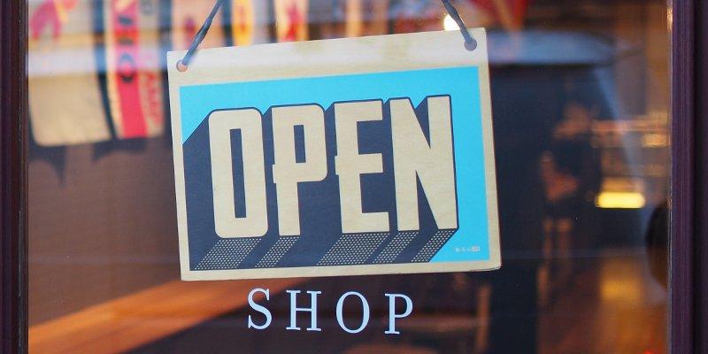 Eingangstür von einem Shop mit einem Open Schild