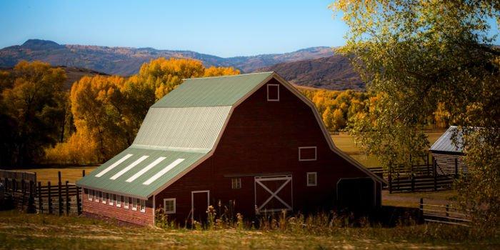 Rote Scheune auf einer Ranch in den USA