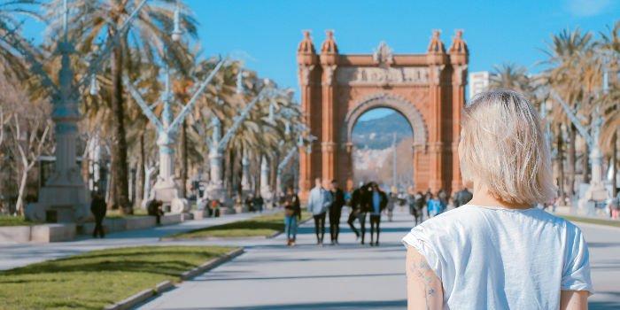 Eine Sprachreise nach Barcelona bei blauem Himmel