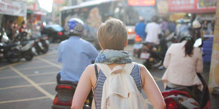 Backpackerin in einer fremden Stadt