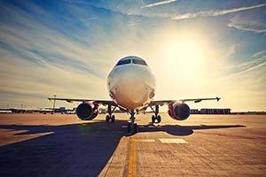 Flugzeug auf Rollfeld bei Sonnenaufgang